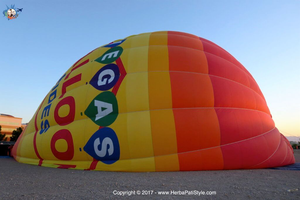 Gonfiando la mongolfiera della Vegas Balloon Rides